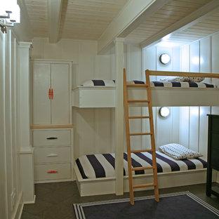 Idée de décoration pour une chambre d'enfant de 4 à 10 ans marine avec un mur blanc.