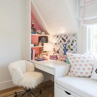Foto di una cameretta per bambini chic con pavimento in legno massello medio e pareti rosa