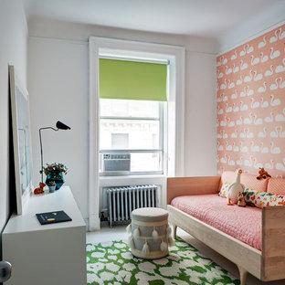 Ejemplo de dormitorio infantil tradicional renovado con paredes rosas, suelo de madera pintada y suelo blanco
