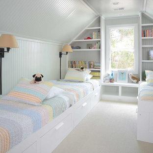 Ispirazione per una cameretta per bambini da 4 a 10 anni stile marinaro con pareti bianche e moquette