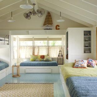 Aménagement d'une chambre d'enfant bord de mer avec un sol turquoise et un sol en bois peint.