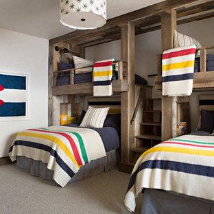 Neutrales Uriges Kinderzimmer mit Schlafplatz, weißer Wandfarbe und Teppichboden in Birmingham
