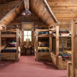 Стильный дизайн: нейтральная детская в стиле рустика с спальным местом, коричневыми стенами, ковровым покрытием и красным полом для ребенка от 4 до 10 лет - последний тренд
