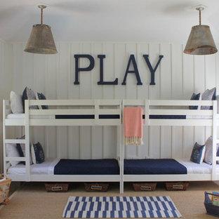 Foto på ett stort maritimt könsneutralt barnrum, med vita väggar