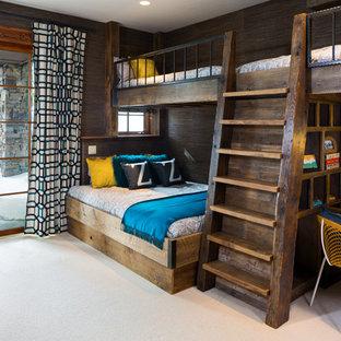 Esempio di una cameretta da letto stile rurale con pareti marroni, moquette e pavimento beige
