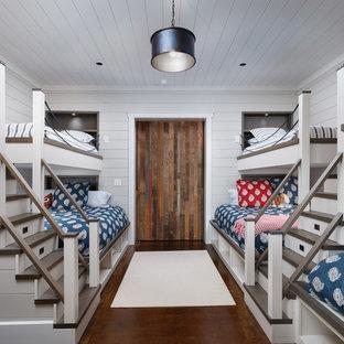 Inspiration för ett mellanstort vintage könsneutralt barnrum kombinerat med sovrum och för 4-10-åringar, med vita väggar och betonggolv