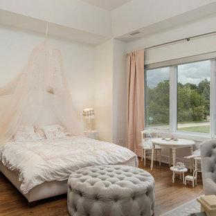Idéer för att renovera ett shabby chic-inspirerat flickrum kombinerat med sovrum, med vita väggar och mellanmörkt trägolv