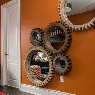 Inspiration pour une chambre d'enfant de 4 à 10 ans design de taille moyenne avec un mur orange et un sol en bois foncé.