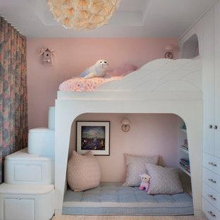 Retro Kinderzimmer mit Schlafplatz, rosa Wandfarbe, hellem Holzboden und beigem Boden in Sonstige