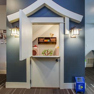 Inspiration pour une chambre d'enfant de 4 à 10 ans craftsman avec un mur bleu, moquette et un sol marron.