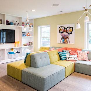 Exemple d'une chambre d'enfant de 4 à 10 ans chic avec un mur jaune, un sol en bois brun et un sol marron.