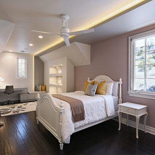 Imagen de dormitorio infantil contemporáneo, grande, con paredes púrpuras, suelo de madera oscura y suelo marrón