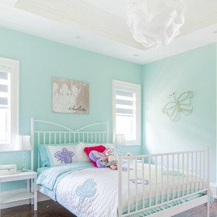 Idéer för vintage flickrum kombinerat med sovrum, med blå väggar och mörkt trägolv