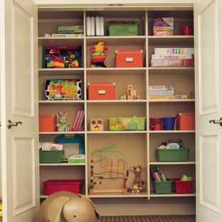 Aménagement d'une petit chambre d'enfant de 4 à 10 ans classique.