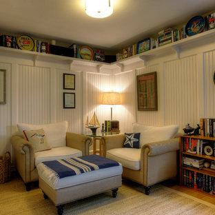 Esempio di una cameretta per bambini stile americano di medie dimensioni con pareti bianche, pavimento in legno massello medio e pavimento marrone