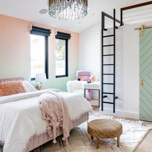 Неиссякаемый источник вдохновения для домашнего уюта: детская в средиземноморском стиле с спальным местом, разноцветными стенами и светлым паркетным полом для ребенка от 4 до 10 лет, девочки