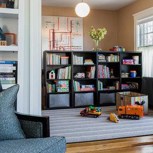 Aménagement d'une chambre d'enfant de 4 à 10 ans victorienne de taille moyenne avec un sol en bois brun et un mur marron.