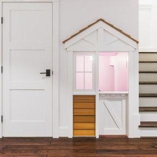Modelo de dormitorio infantil de 4 a 10 años, de estilo americano, de tamaño medio, con paredes blancas y suelo de madera oscura