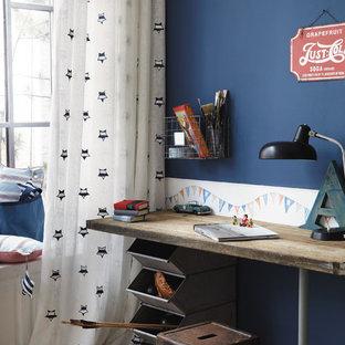 Diseño de habitación de niño industrial con escritorio y paredes azules