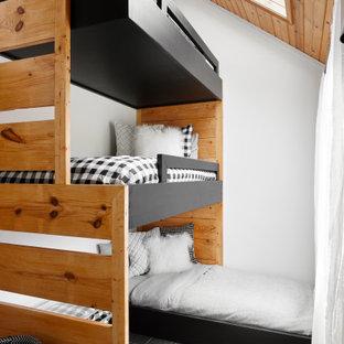 Foto di una cameretta per bambini da 4 a 10 anni stile rurale con pareti bianche, pavimento grigio e soffitto in legno