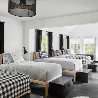 Inspiration för ett rustikt könsneutralt barnrum kombinerat med sovrum och för 4-10-åringar, med vita väggar och grått golv