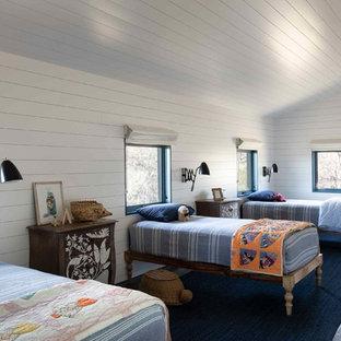 Ejemplo de dormitorio infantil campestre con paredes blancas, suelo de madera oscura y suelo marrón