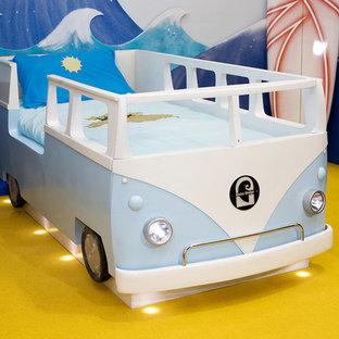 Idee per una cameretta per bambini da 4 a 10 anni costiera di medie dimensioni con pareti multicolore e moquette