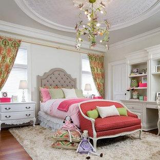 Aménagement d'une chambre d'enfant de 4 à 10 ans victorienne avec un sol en bois brun et un mur beige.