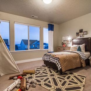 Exempel på ett stort rustikt pojkrum kombinerat med sovrum och för 4-10-åringar, med heltäckningsmatta, grå väggar och brunt golv