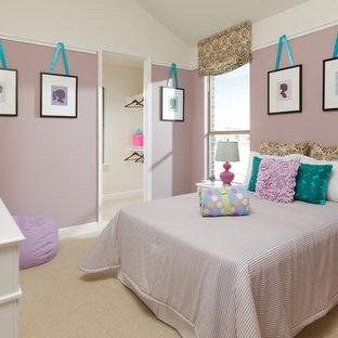 Idéer för ett klassiskt flickrum kombinerat med sovrum och för 4-10-åringar, med lila väggar och heltäckningsmatta