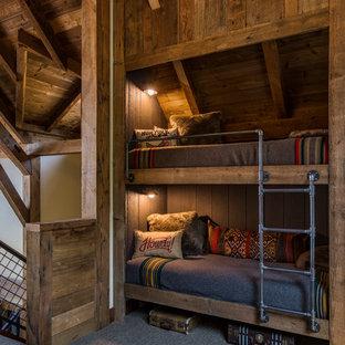 Idéer för rustika könsneutrala barnrum kombinerat med sovrum, med heltäckningsmatta och grått golv