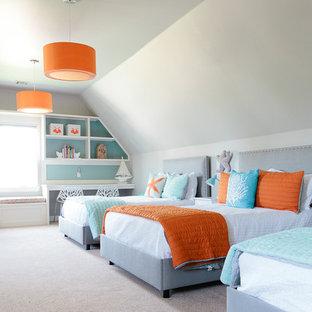 Idéer för ett mellanstort maritimt könsneutralt barnrum kombinerat med sovrum, med heltäckningsmatta och flerfärgade väggar