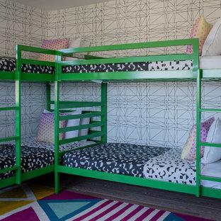 Inspiration för ett litet funkis barnrum, med vita väggar och ljust trägolv