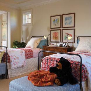 Klassisches Kinderzimmer mit Schlafplatz, beiger Wandfarbe und Teppichboden in Orange County