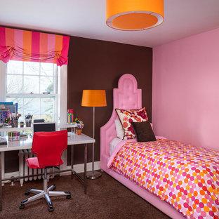 ポートランド(メイン)のトランジショナルスタイルのおしゃれな子供部屋 (カーペット敷き、ティーン向け、茶色い床、マルチカラーの壁) の写真