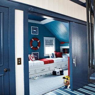 Inredning av ett maritimt pojkrum, med blått golv