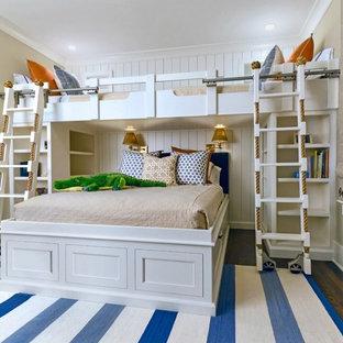 Cette photo montre une grand chambre d'enfant de 4 à 10 ans bord de mer avec un mur beige, un sol en bois foncé et un sol marron.