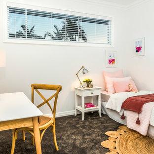 Foto di una cameretta per bambini stile marino con pareti bianche, moquette e pavimento nero