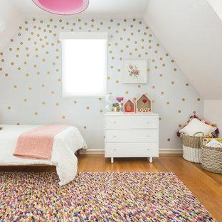 Mittelgroßes Skandinavisches Kinderzimmer mit Schlafplatz, weißer Wandfarbe und braunem Holzboden in San Francisco