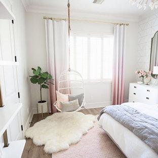 Esempio di una cameretta per bambini tradizionale di medie dimensioni con pareti bianche e pavimento marrone
