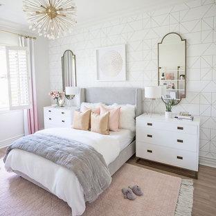 Idee per una cameretta per bambini classica di medie dimensioni con pareti bianche, pavimento marrone e carta da parati