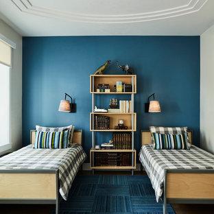 Стильный дизайн: детская в современном стиле с спальным местом, синими стенами и паркетным полом среднего тона для ребенка от 4 до 10 лет, мальчика - последний тренд