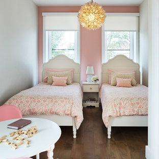 Foto di una piccola cameretta per bambini da 4 a 10 anni classica con pavimento in legno massello medio e pareti multicolore