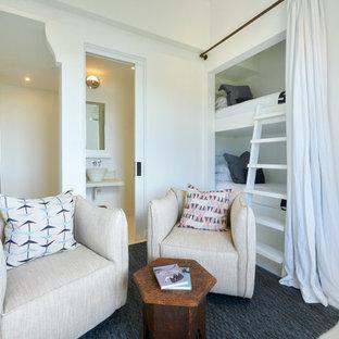 Imagen de dormitorio infantil marinero, de tamaño medio, con paredes blancas, suelo de cemento y suelo beige