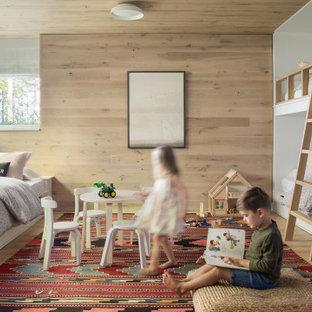 Cette image montre une chambre d'enfant marine en bois avec un mur beige, un sol en bois clair, un sol beige et un plafond en bois.