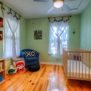 Idéer för att renovera ett litet funkis könsneutralt småbarnsrum, med gröna väggar, mellanmörkt trägolv och gult golv