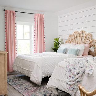 Пример оригинального дизайна: большая детская в морском стиле с спальным местом, белыми стенами, бежевым полом и стенами из вагонки для подростка, девочки