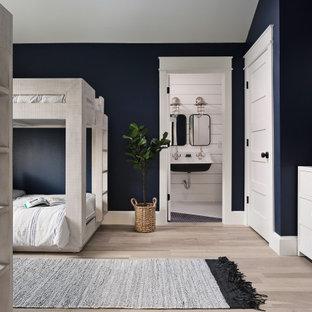 Cette image montre une grand chambre d'enfant marine avec un mur bleu et un sol beige.
