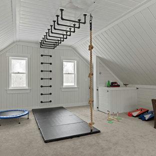 Immagine di una cameretta per bambini da 4 a 10 anni country di medie dimensioni con pareti bianche, moquette, pavimento beige, soffitto in perlinato e pareti in perlinato