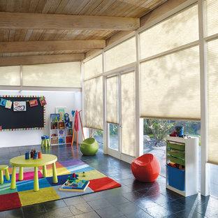 Réalisation d'une très grand chambre d'enfant de 4 à 10 ans vintage avec un mur blanc et un sol en ardoise.